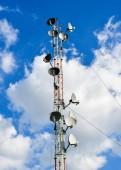 Fotografia Torretta di antenna di comunicazione con cielo blu