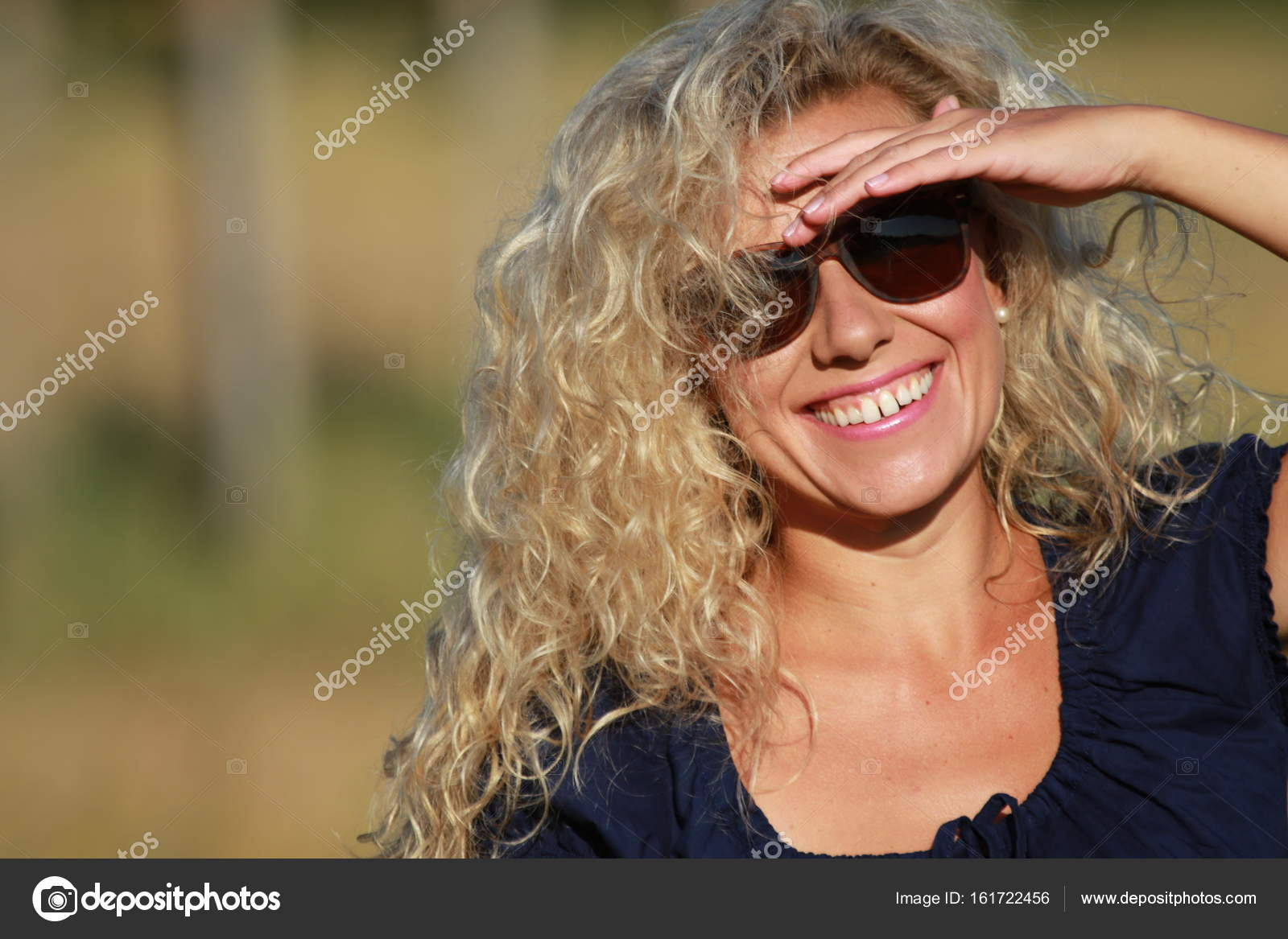 Absolutimages Fotos Mujer De Feliz © Gafas — Stock Madura Con Sol YeD29HEIW