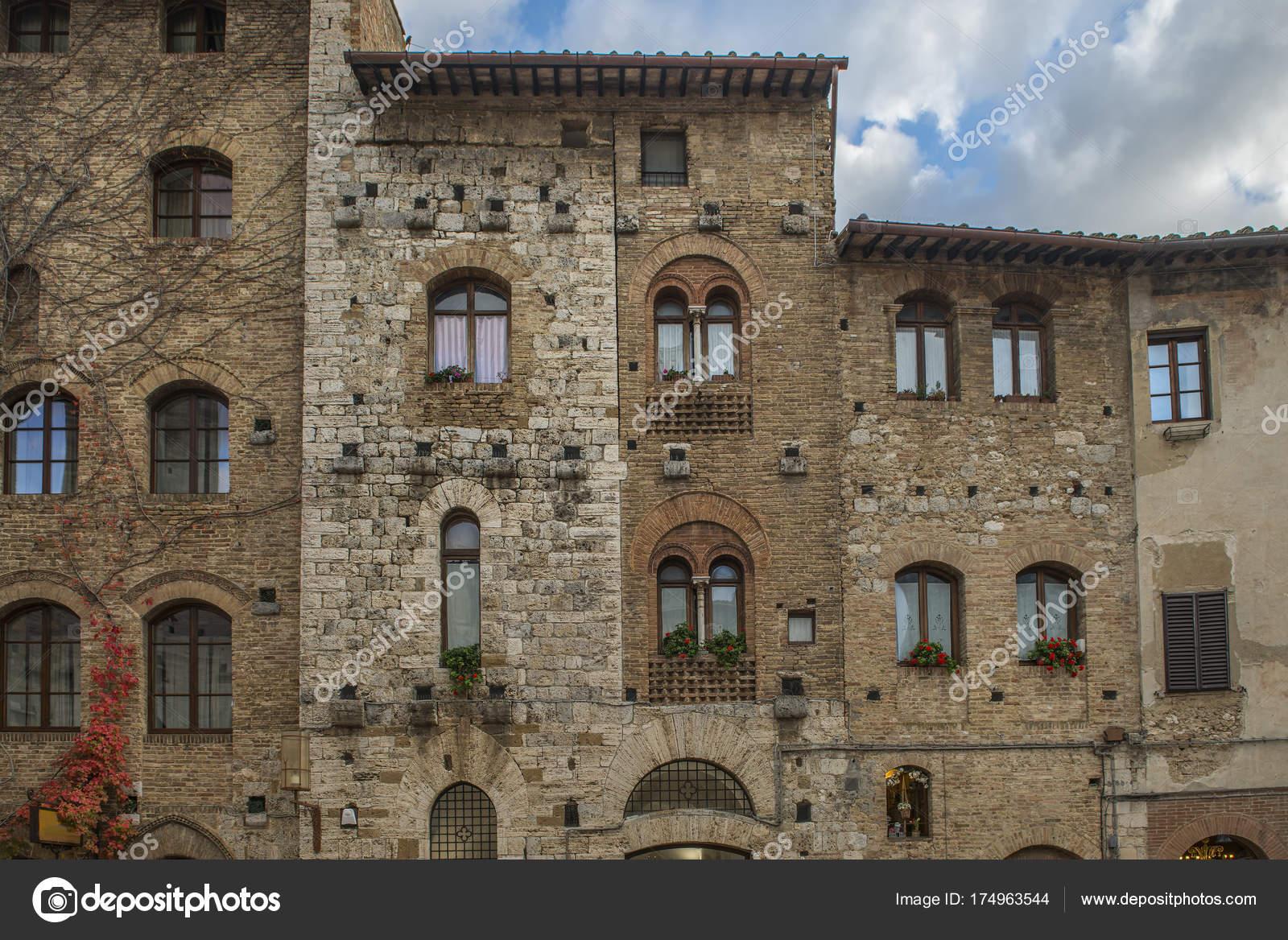 Belle finestre con fiori sui muri di mattoni foto stock - Foto di finestre ...