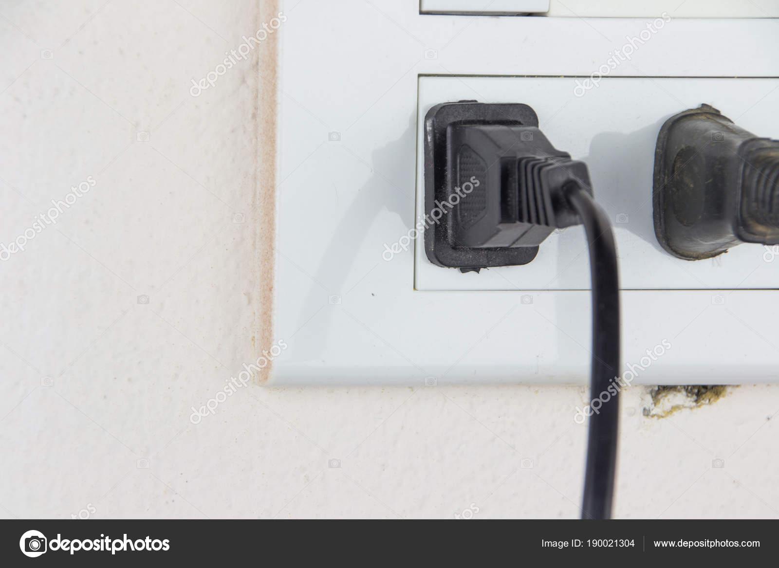 Stecker in die Steckdose und Schalter — Stockfoto © chartcameraman ...
