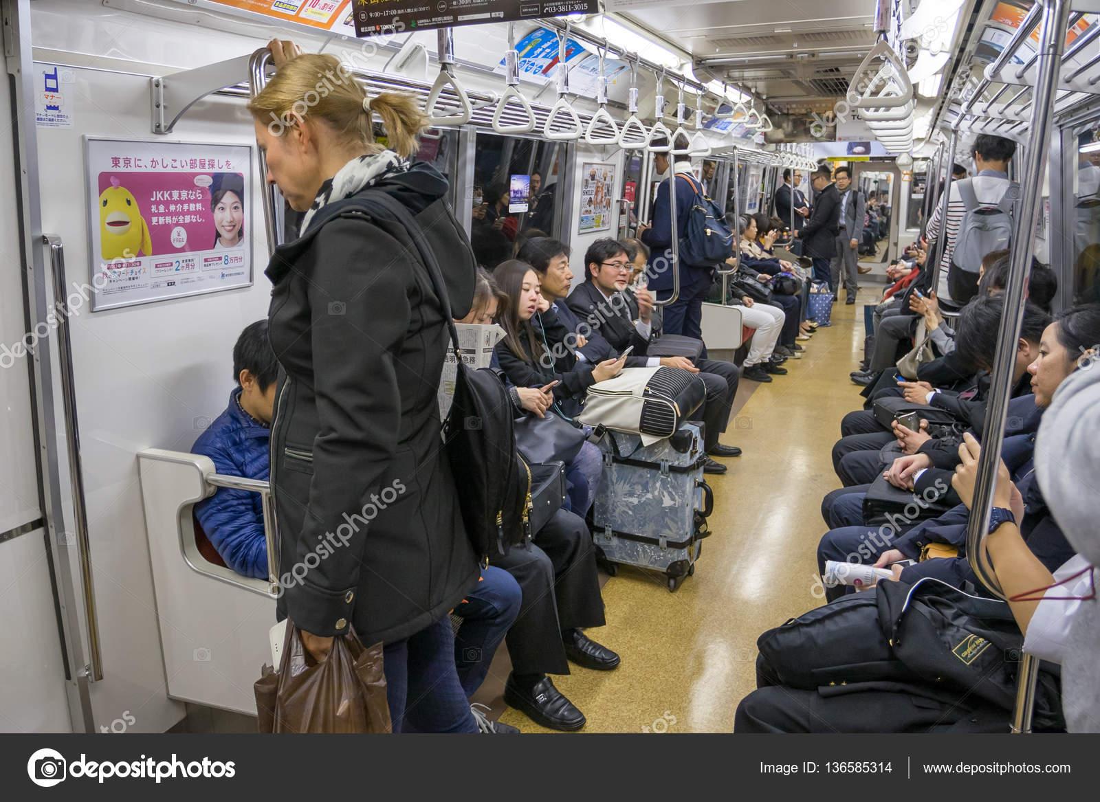 Jr 山手線の電車の乗客 - ストッ...