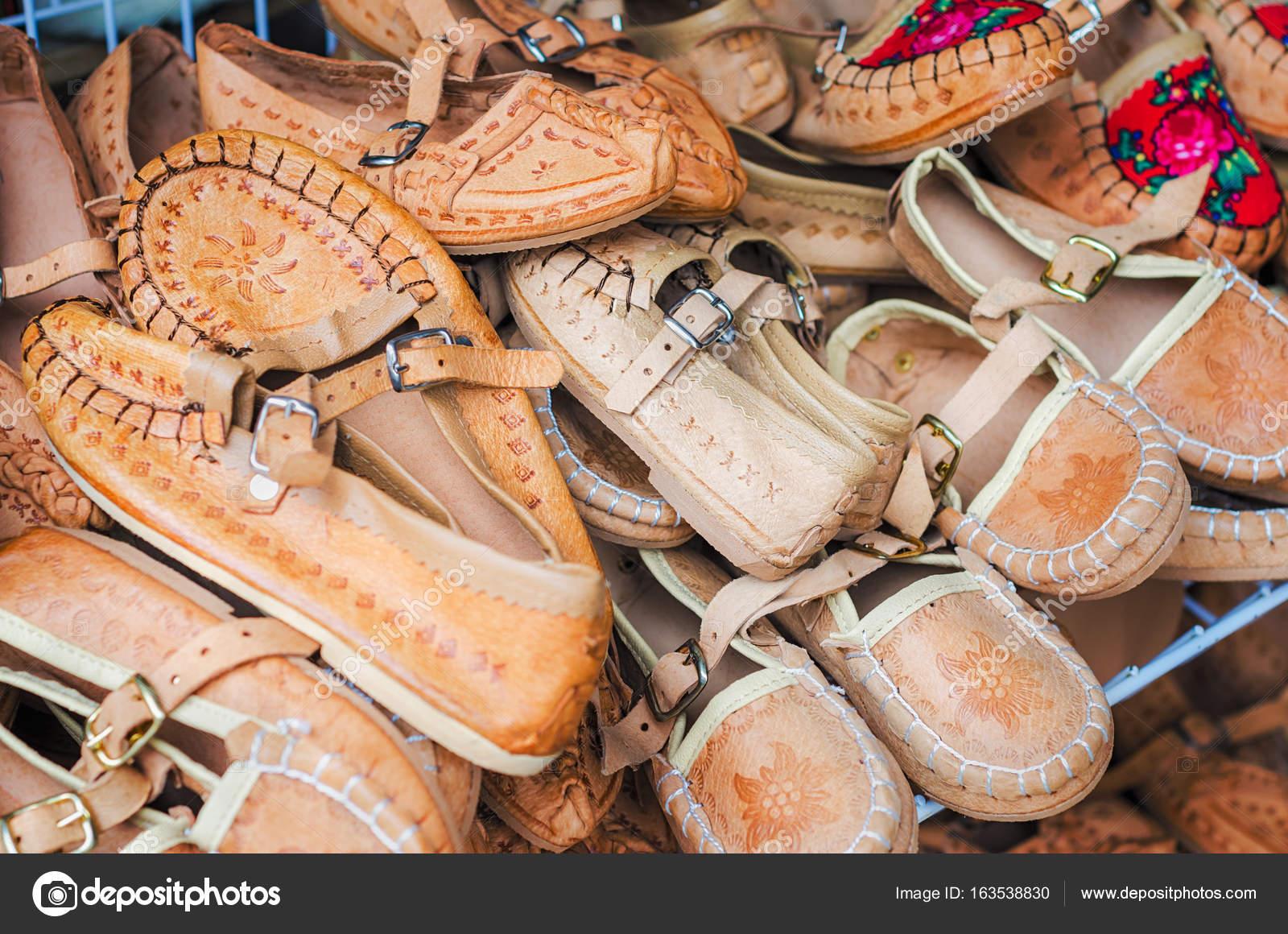 new arrival e6103 189b5 Mucchio di scarpe in pelle bambini svegli — Foto Stock ...