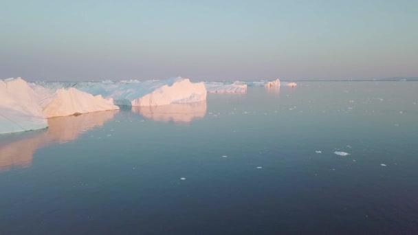 Riesige Eisberge unterschiedlicher Form in der Disko-Bucht in Westgrönland. Ihre Quelle ist der Jakobshavn-Gletscher. Dies ist eine Folge des Phänomens der globalen Erwärmung und des katastrophalen Eistauens