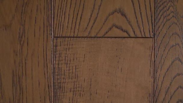 Nahaufnahme schöner Holzböden aus massiven Eichendielen in hellbraunen Tönen in einem modernen Interieur.