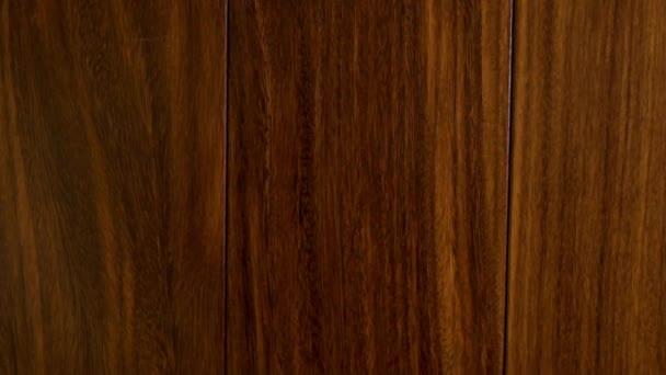 Nahaufnahme von schönen dunklen Holzböden aus massiven Eichenholzdielen in Brauntönen in einem modernen Interieur, Parkettböden, Massivholzböden.