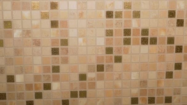 Detailní záběr mozaikových dlaždic v béžových tónech v moderním interiéru pro dokončení koupelny a kuchyně