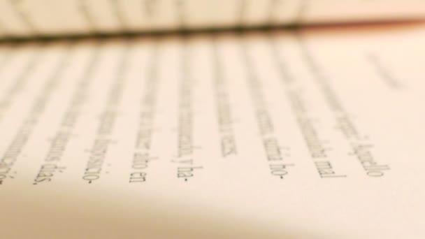 Kniha s otočením stránek. Extrémní detailní záběr stránek knihy v otáčecí akci