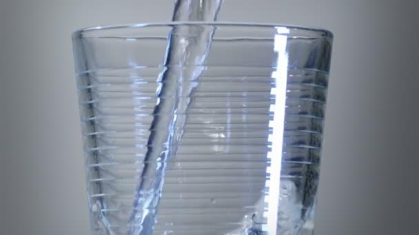 Zobrazení vody padající do skleněného detailu