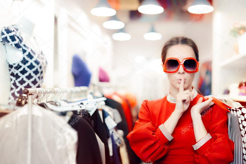 b9b1de29d4 ... γυαλιά ηλίου γυναίκα κρατώντας ένα μυστικό — Φωτογραφία Αρχείου ·  Δροσερό μυστηριώδες κορίτσι με μυστικός τσάντες για ψώνια — Εικόνα από ...
