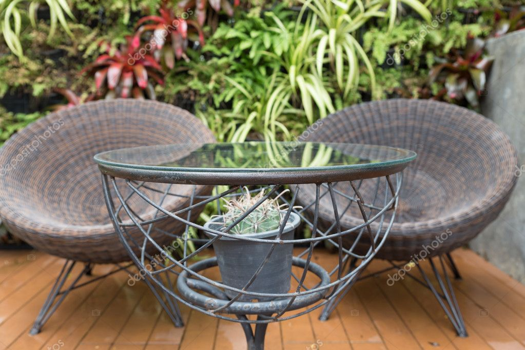 Chaise en osier de rotin et bureau sur patio u photographie psisaa