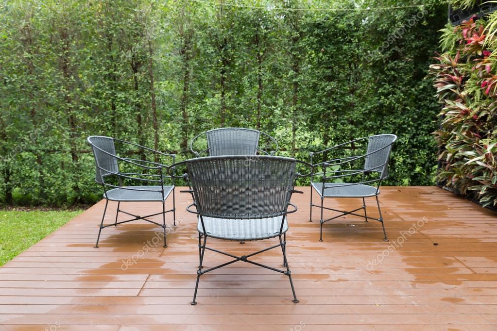 Zwarte Rieten Stoel : Rotan rieten stoel en bureau op patio u2014 stockfoto © psisaa #124866010