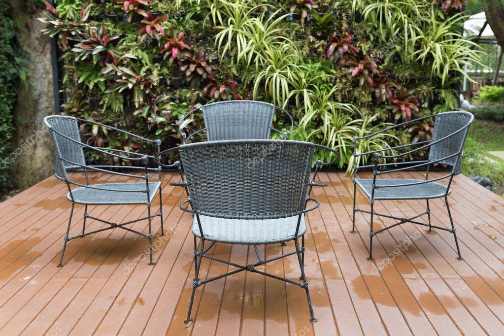 Zwarte Rieten Stoel : Rotan rieten stoel en bureau op patio u stockfoto psisaa
