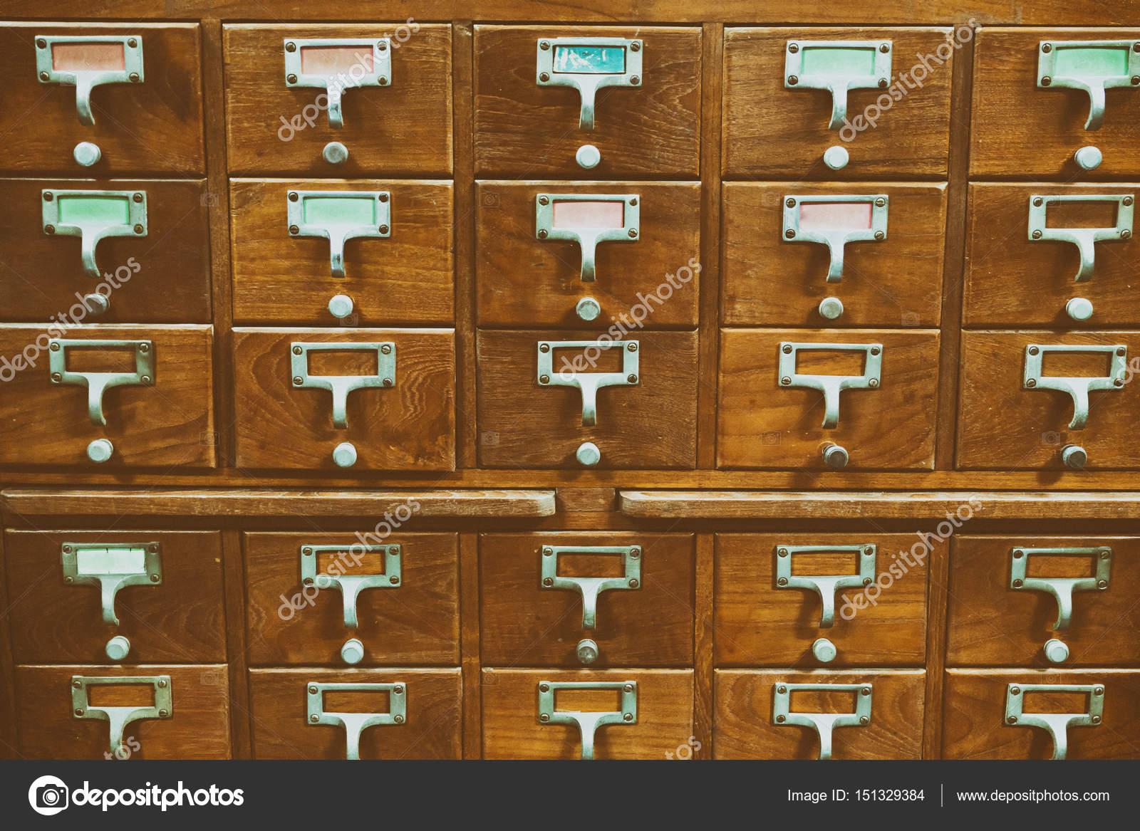 Oude Houten Kast : Een oude houten kast van de stijl van lenerspas of bestand winkel