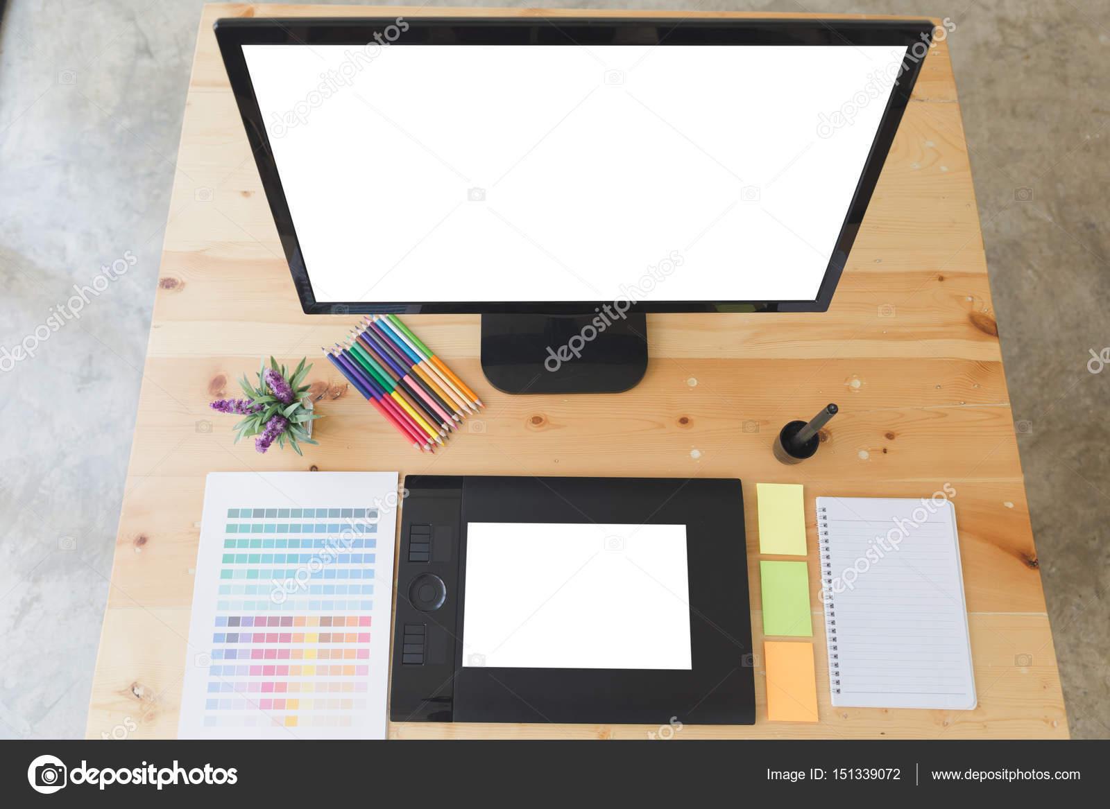 Bureau de graphiste au travail tablette numérique ordinateur scre