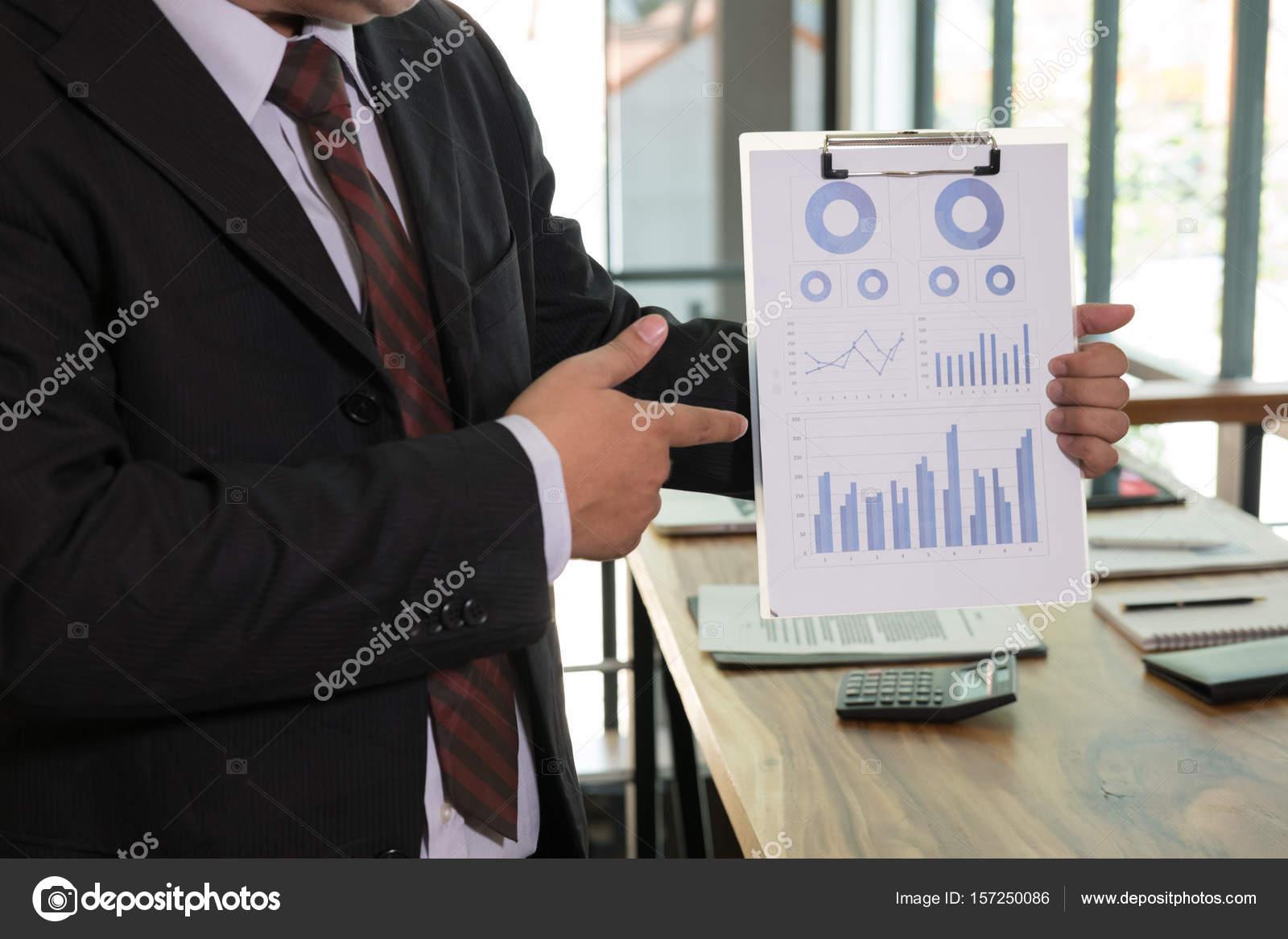 Geschäftsmann zeigt finanzielle Rechnungswesen Markt ...