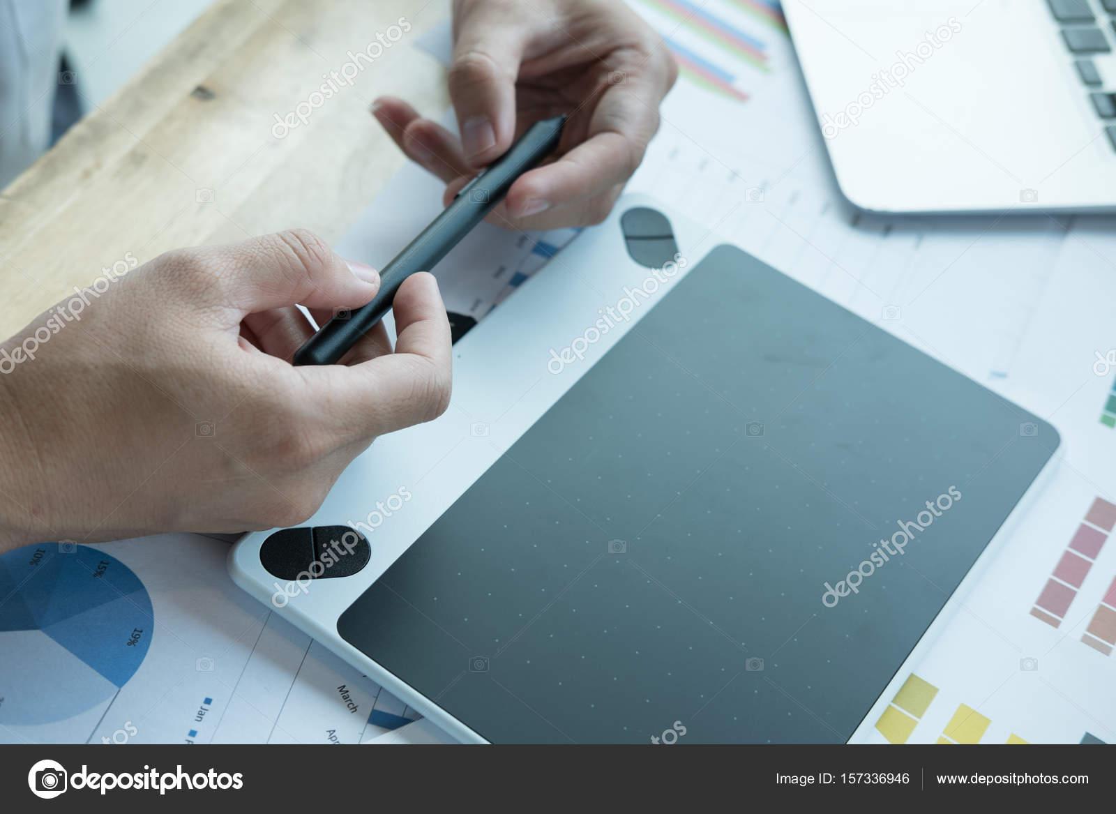 giovane graphic designer che lavora con il computer e colore ...