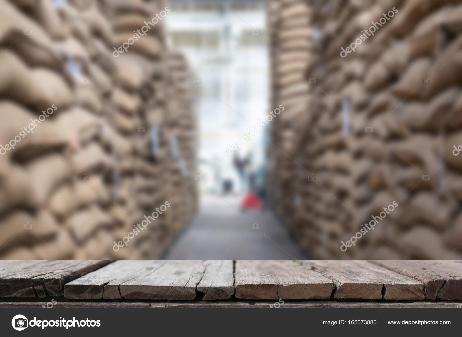 1b20e5d86 Viejo cáñamo sacos con café en grano en almacén. los sacos apilados en  almacén con mesa de madera para mostrar su producto — Foto de ...