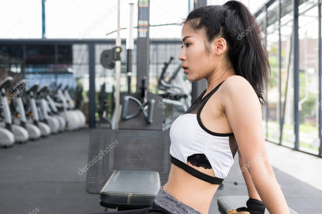 фото азиатские девушки в спортзале ногам