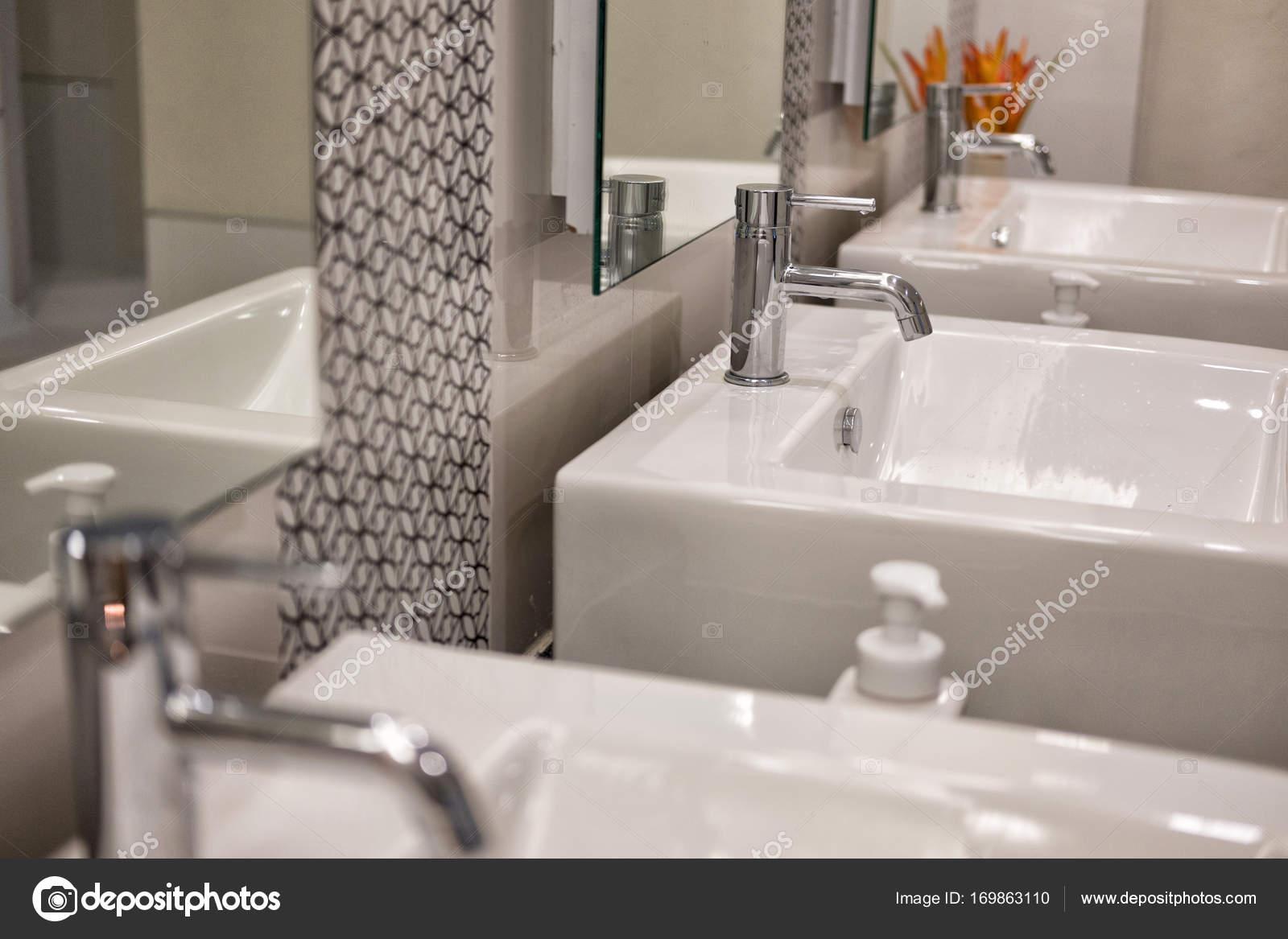 Moderne badkamer interieur witte wastafel chroom wastafelkraan