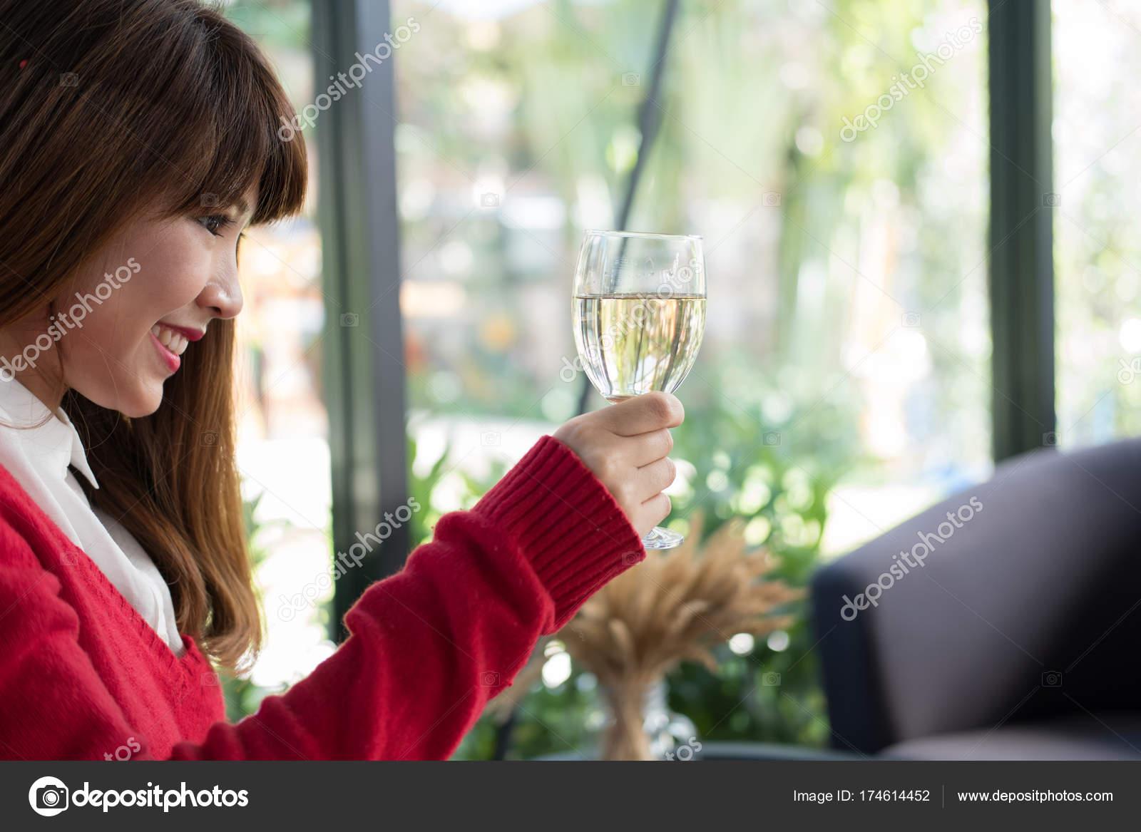 Frau Mit Roten Pullover Halt Glas Wein Zum Geburtstag Oder Ann