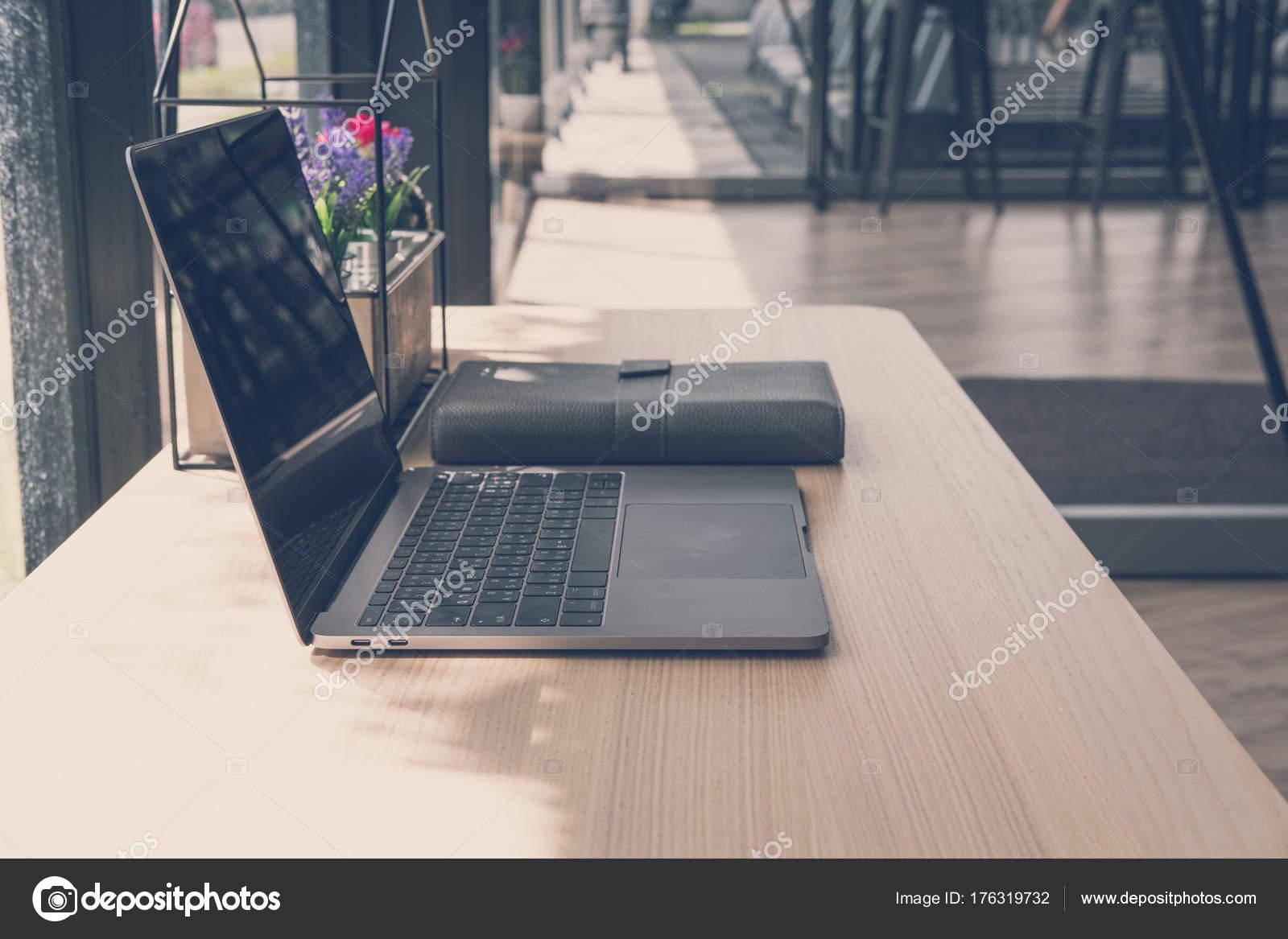 Houten Bureau Kantoor : Computer laptop op houten bureau. laptop op kantoor werkplek