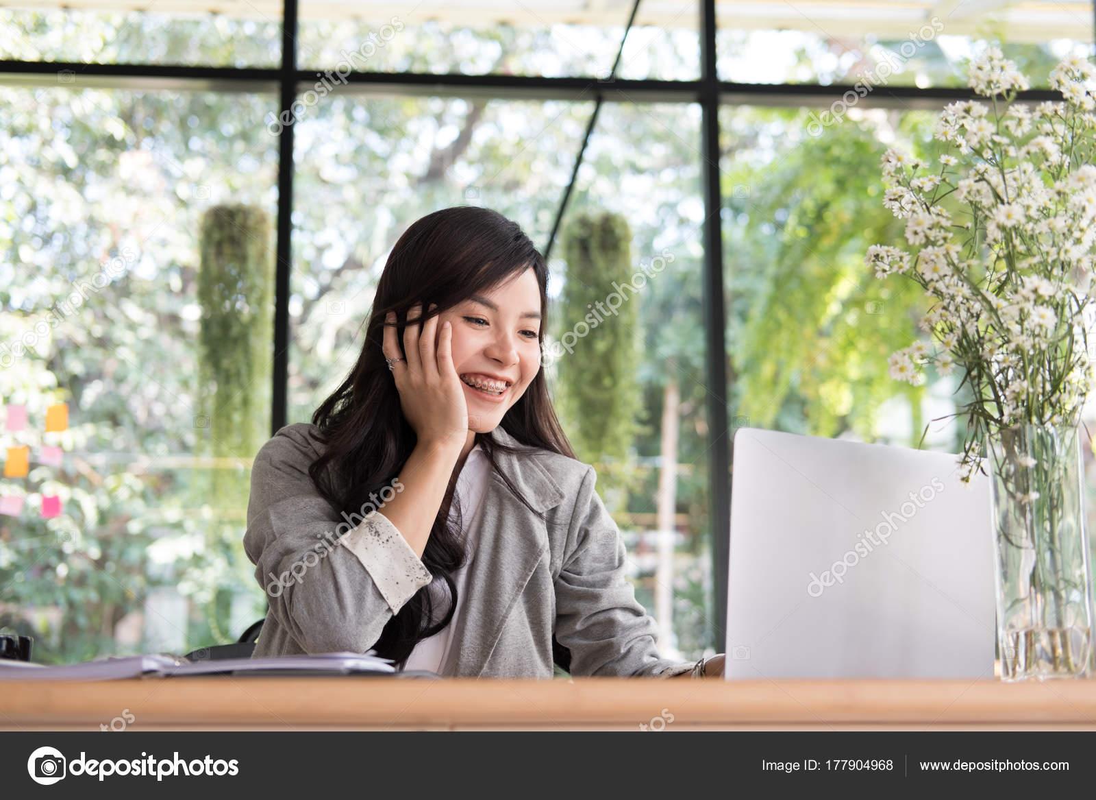 Kreditkort kvinna ansikte sittande