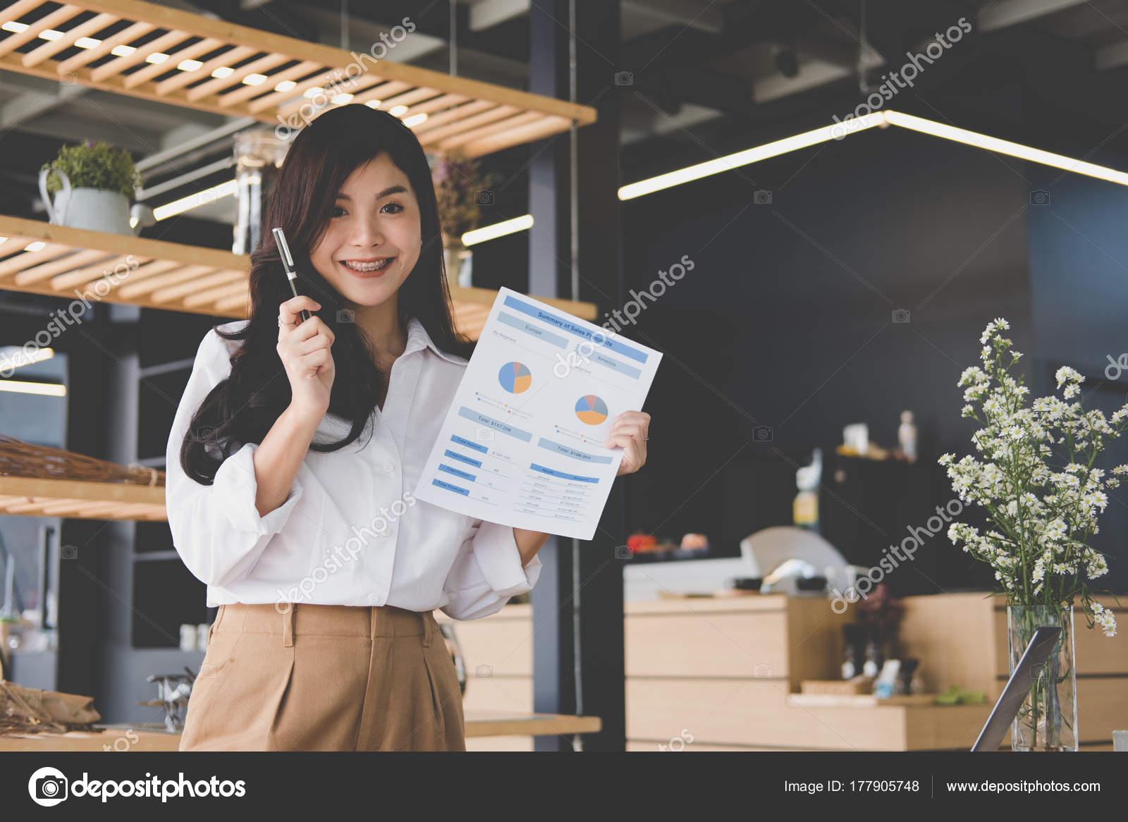 zuversichtlich Geschäftsfrau zeigt Analysediagramm Buchhaltung ...