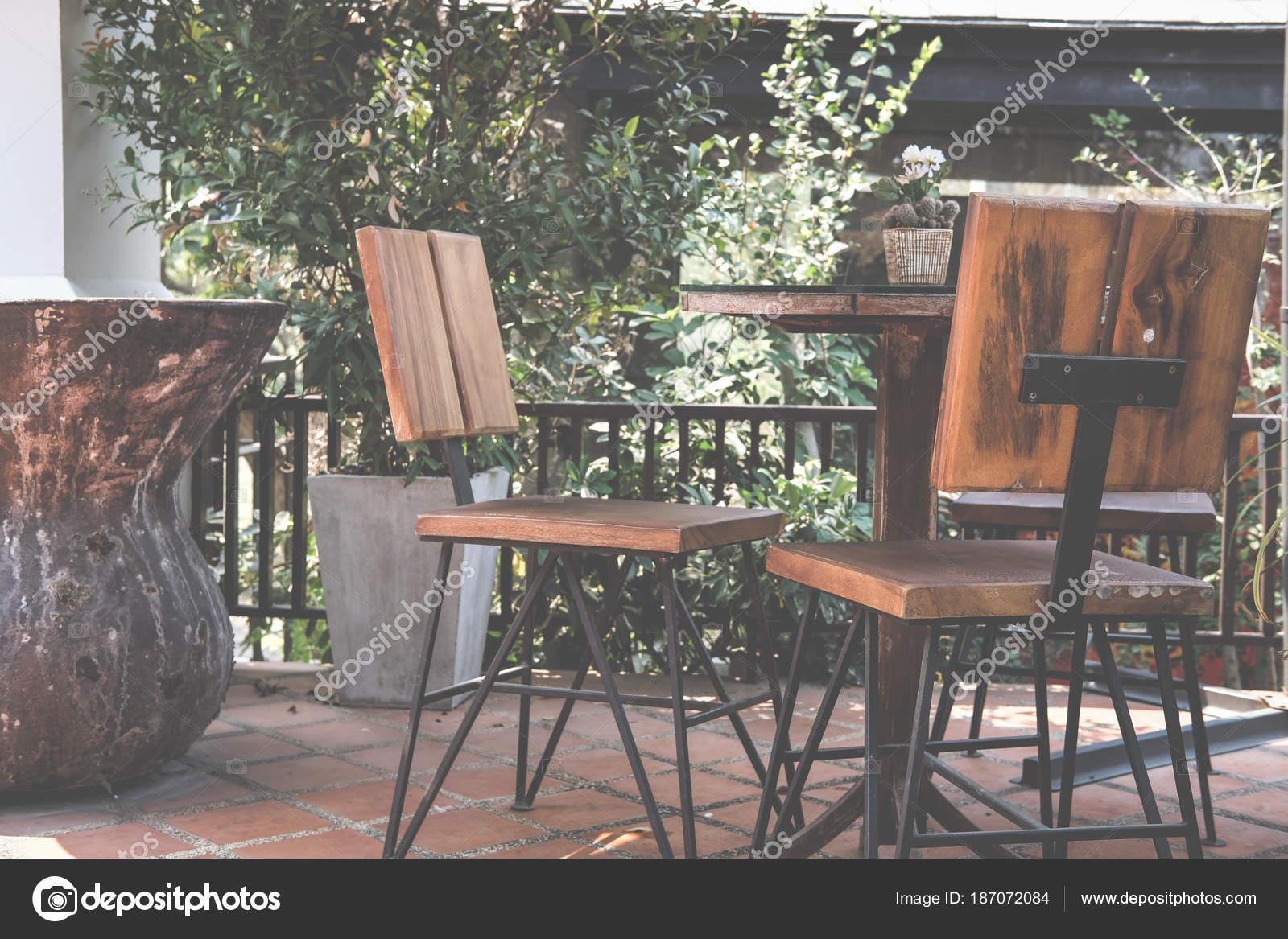Table ronde sur la terrasse de la maison. chaise en bois sur ...