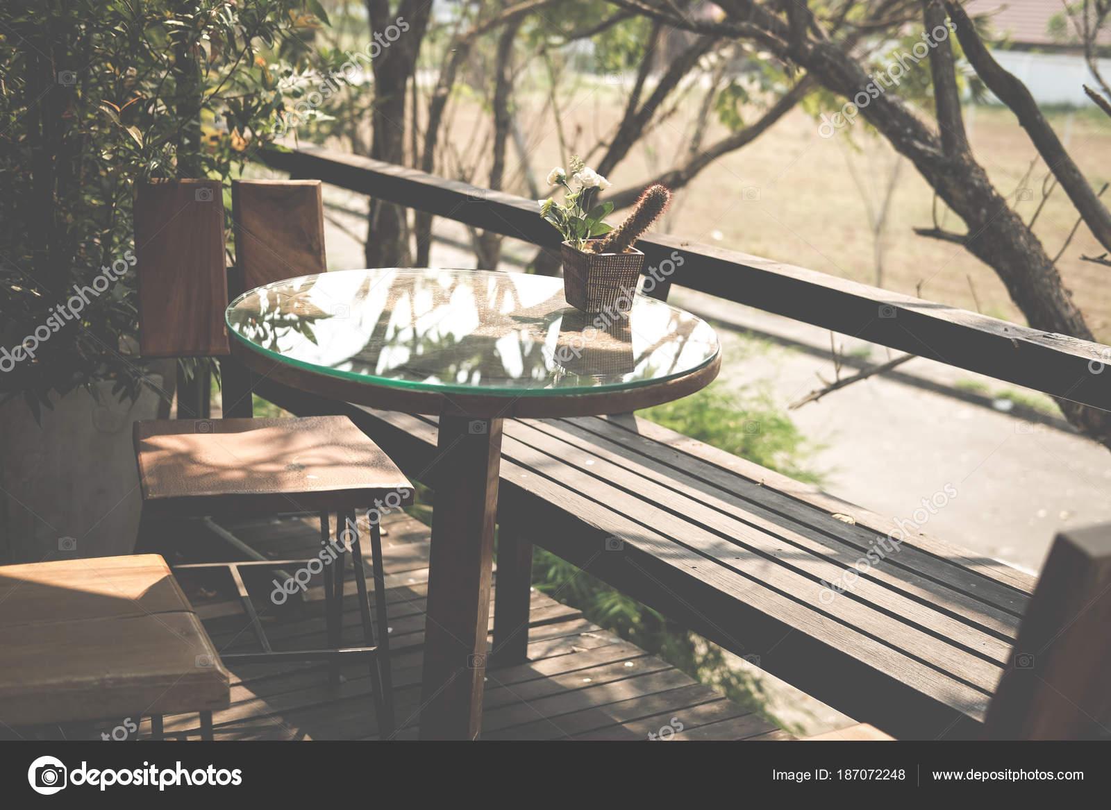 Tavolo Rotondo In Rattan.Tavolo Rotondo In Legno Sulla Terrazza Della Casa Sedia In Rattan