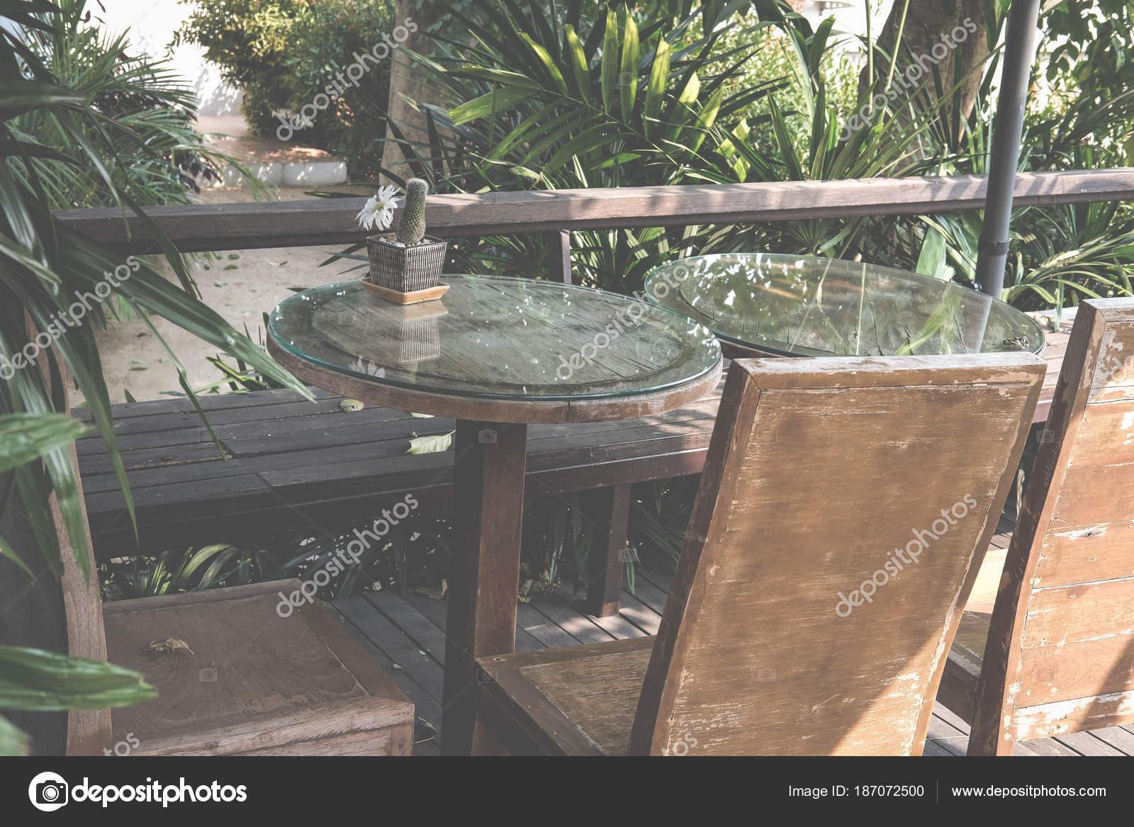 table ronde sur la terrasse de la maison. chaise en bois sur la ...