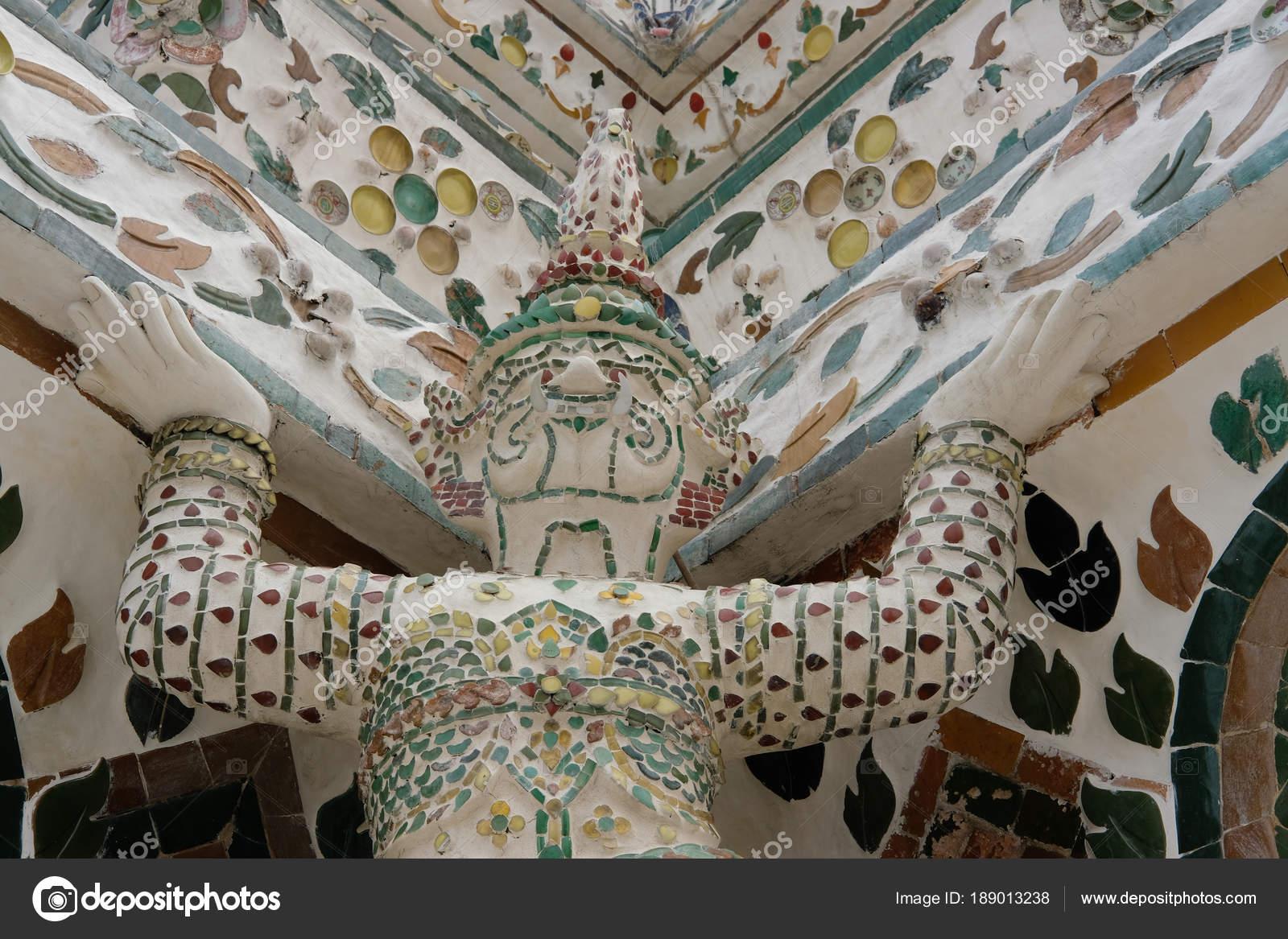 Pagoda buddista incrostato con piastrelle gres porcellanato