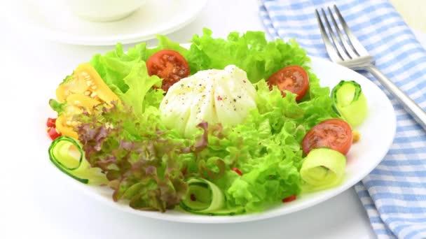 Zeleninový salát s vařeným vejcem. Vařené vejce se nakrájí a vyteče z něj tekutý žloutek. Detailní záběr. Selektivní soustředění. 4K UHD video 3840x2160