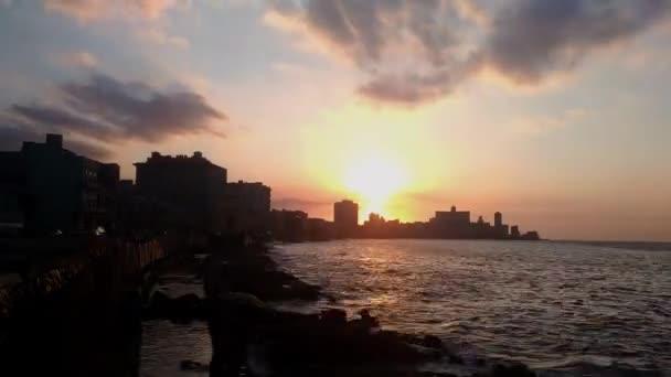 Zeitraffer bei Sonnenuntergang in Malecon, Havanna