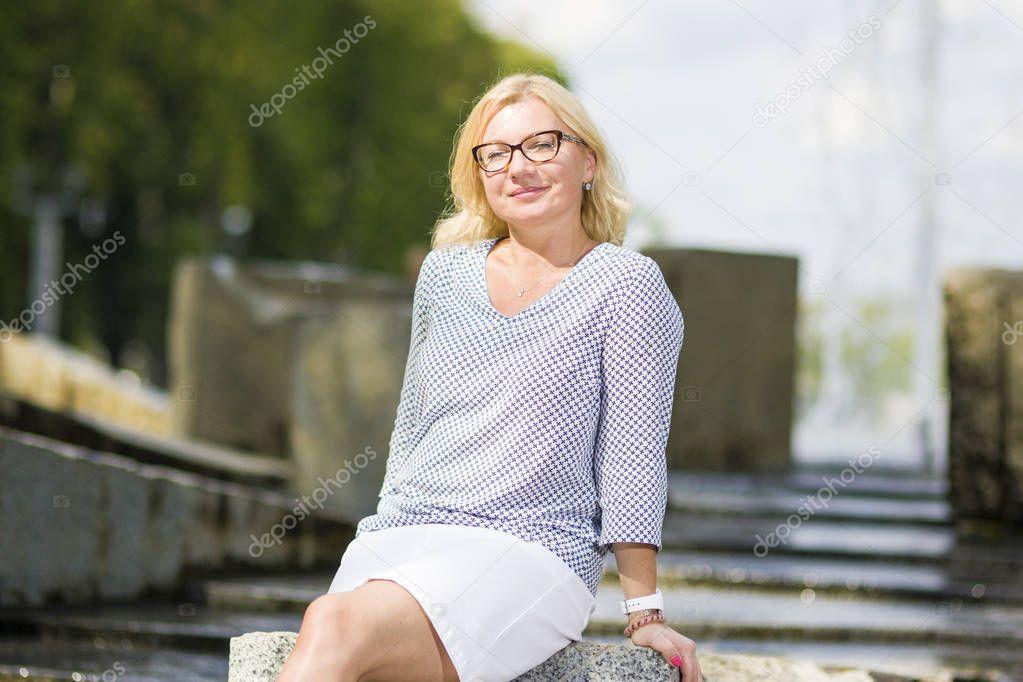 seksualnaya-blondinka-srednego-vozrasta-russkoe-porno-i-poshlosti