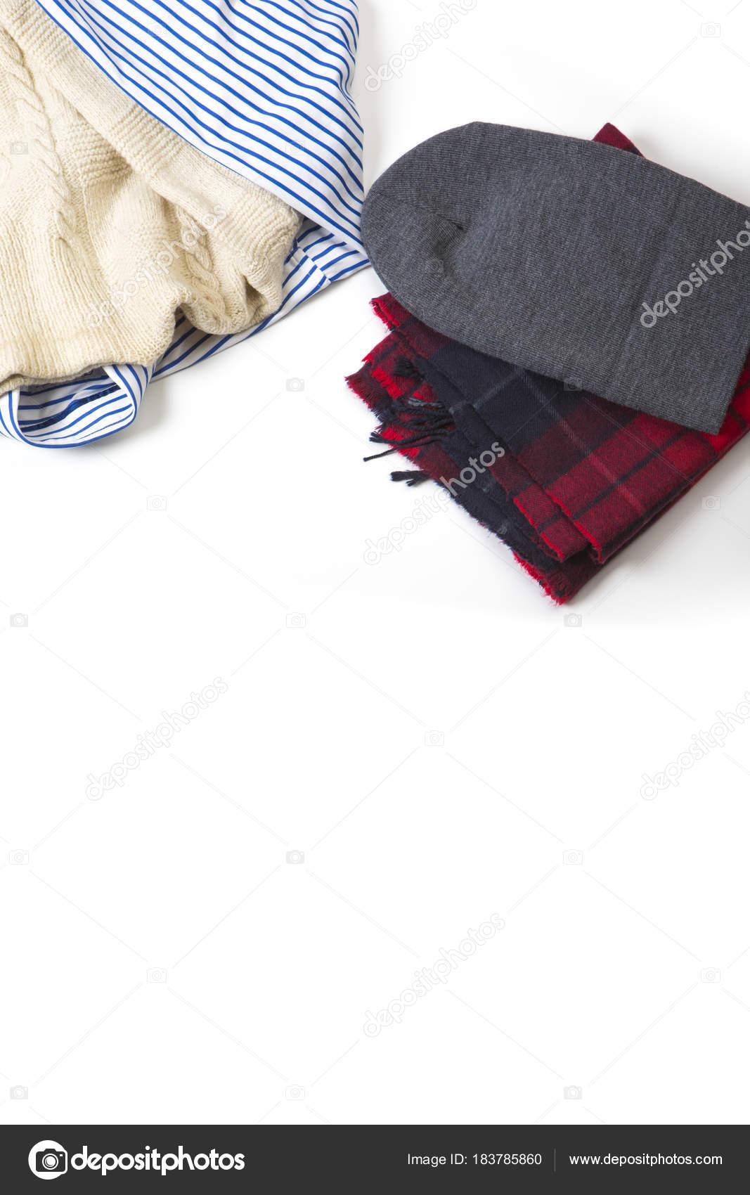 Του ανθρώπου κόκκινο καρό φουλάρι με γκρι καπέλο και ριγέ πουκάμισο με  μάλλινο λευκό πουλόβερ πάνω ffe46c5ca58