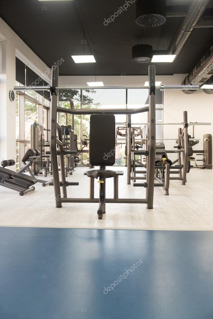 intérieur de la nouvelle salle de sport moderne avec équipement ...