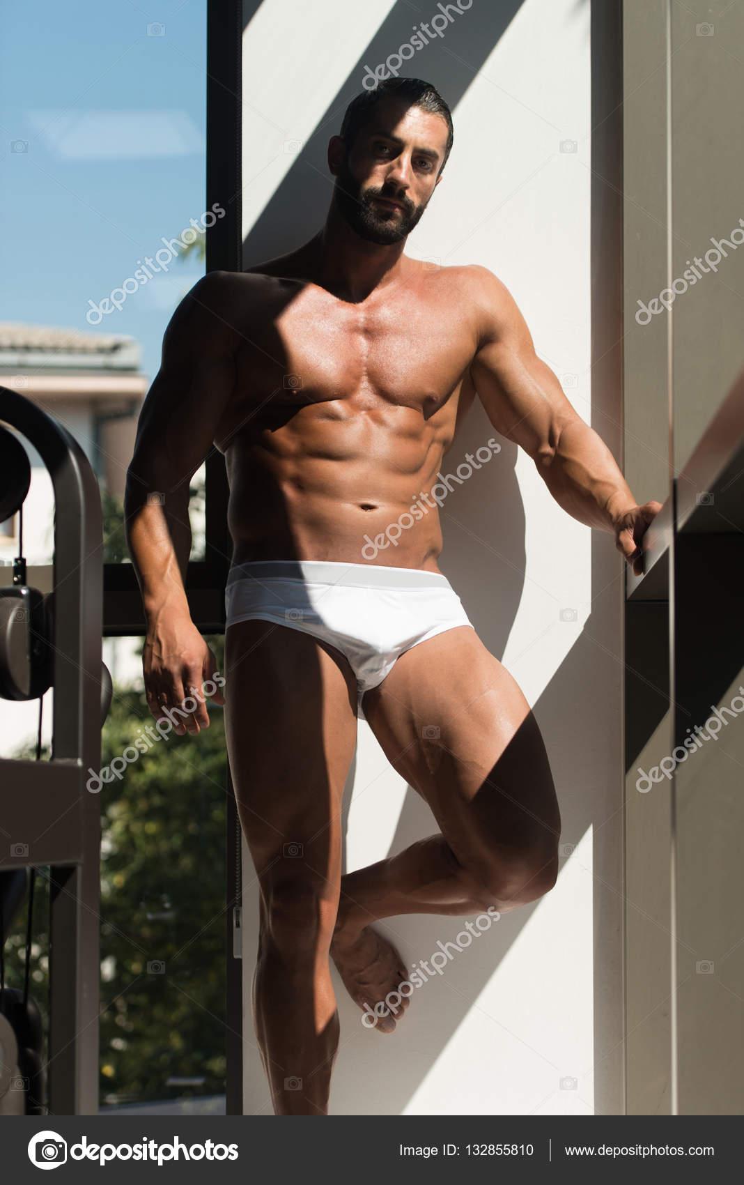 e8653d74c7 Retrato de un hombre musculoso Sexy en ropa interior mirando a través de la  ventana - modelo hombre sin ropa — Foto de ...