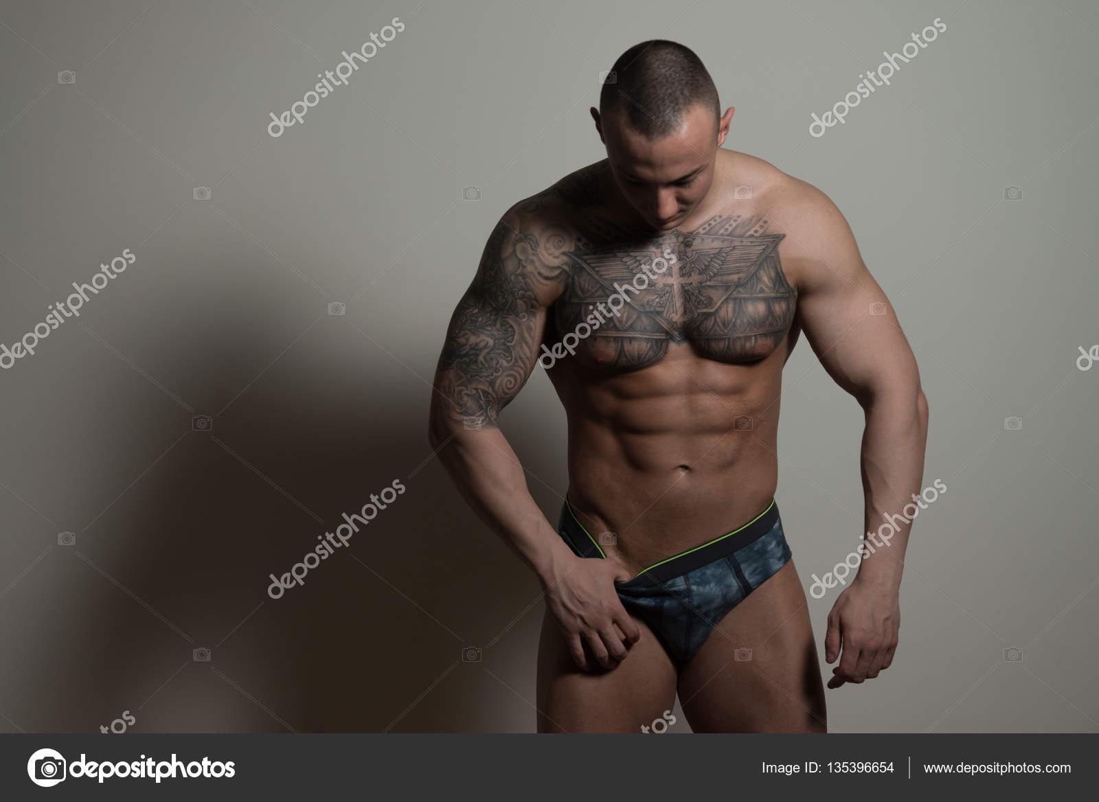 Sexy Tattoo Man Geïsoleerd Op Een Grijze Achtergrond Stockfoto