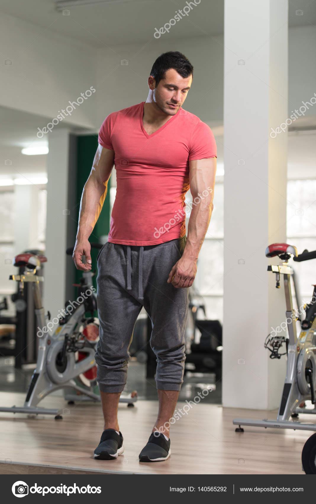 Retrato de homem músculo na camiseta rosa — Stock Photo © ibrak ... 11ddea63ad9a6