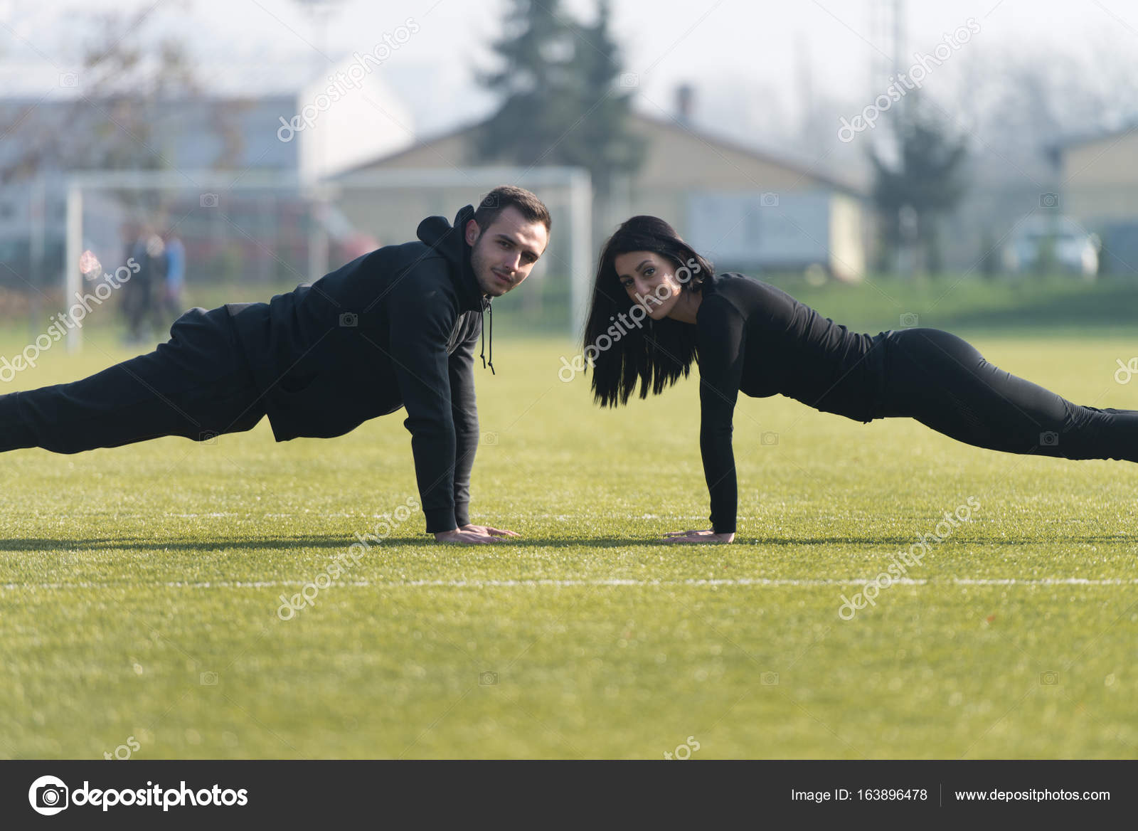 Young Couple Doing Push-up Exercise in the Park — Stock