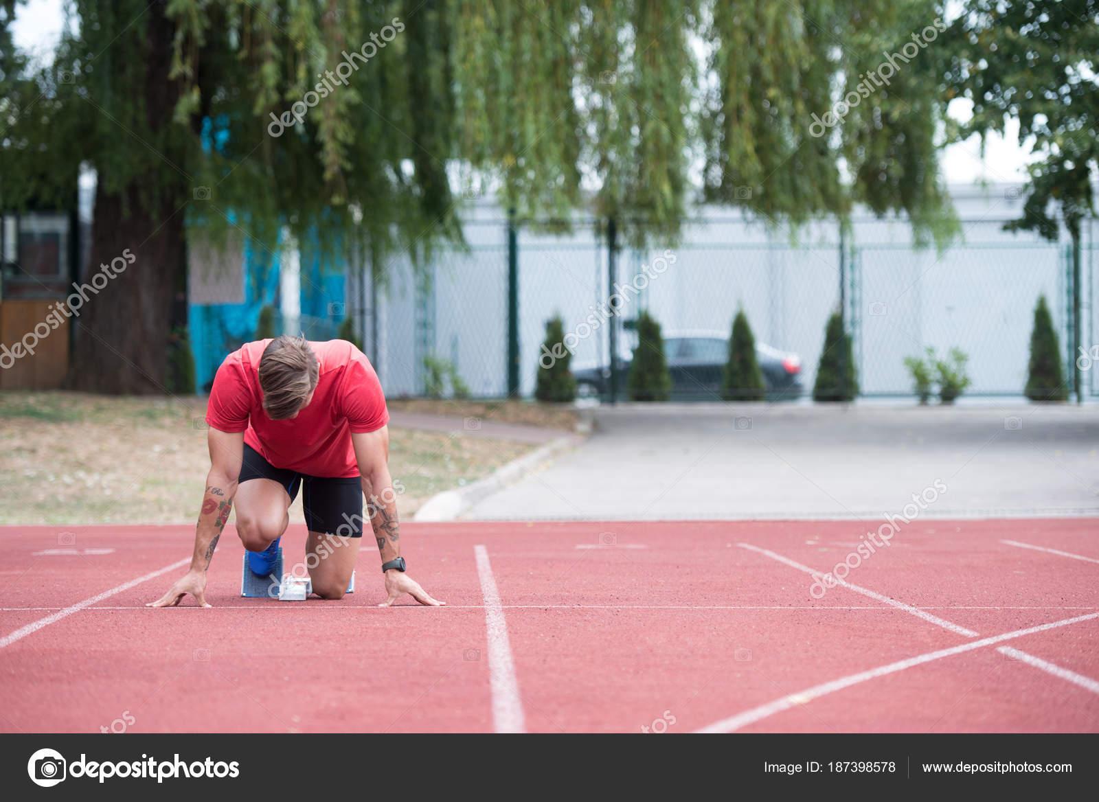 c8823bcccbb Manliga Sprinter redo att starta loppet — Stockfotografi © ibrak ...