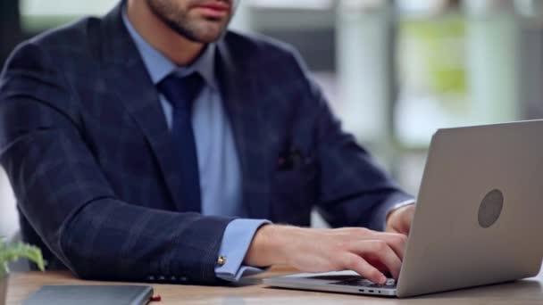 nyírt kilátás üzletember gépelés-ra laptop
