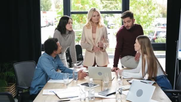 multikulturní podnikatelé hovořící poblíž stolu na obchodní schůzce