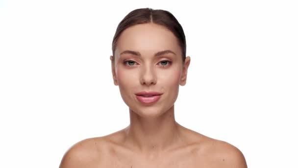 nő megható szappanbuborékok elszigetelt fehér