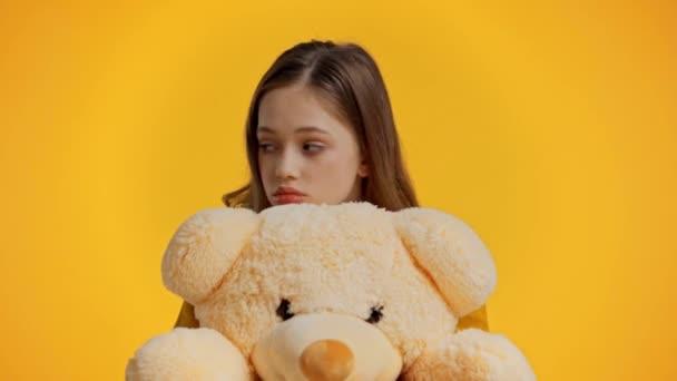 szomorú tinédzser gazdaság játékmackó elszigetelt sárga