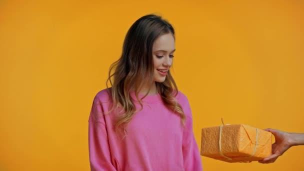 teenager získávání dárek a hračka izolované na žluté