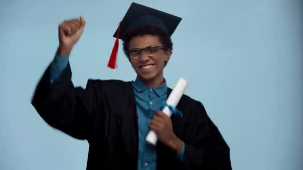 africký americký teenager tanec s diplomem izolované na modré