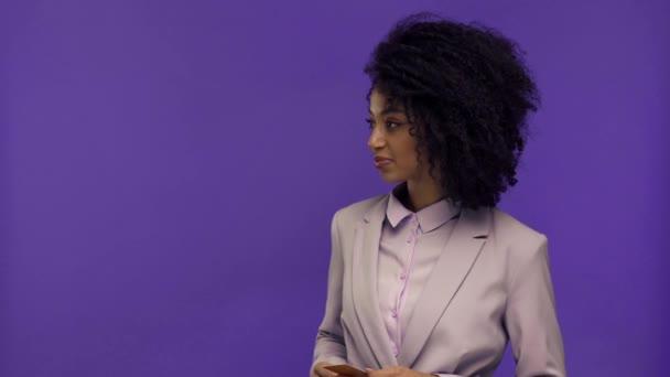 levágott kilátás nő gazdaság terminál és afro-amerikai üzletasszony fizet hitelkártyával elszigetelt lila