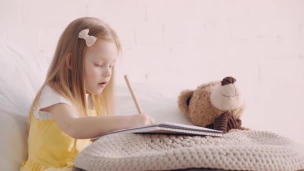 Aranyos gyerek rajz az ágyra által Teddy maci