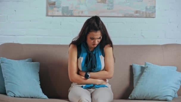 frustrovaná dívka trpící bolestí břicha